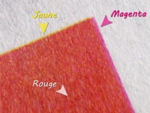 Figure 2 - Zoom sur la couleur rouge d'un imprimé qui est en fait composé d'une couche de magenta sur une couche de jaune (un petit décalage du registre nous permet de voir apparaître les deux aplats)